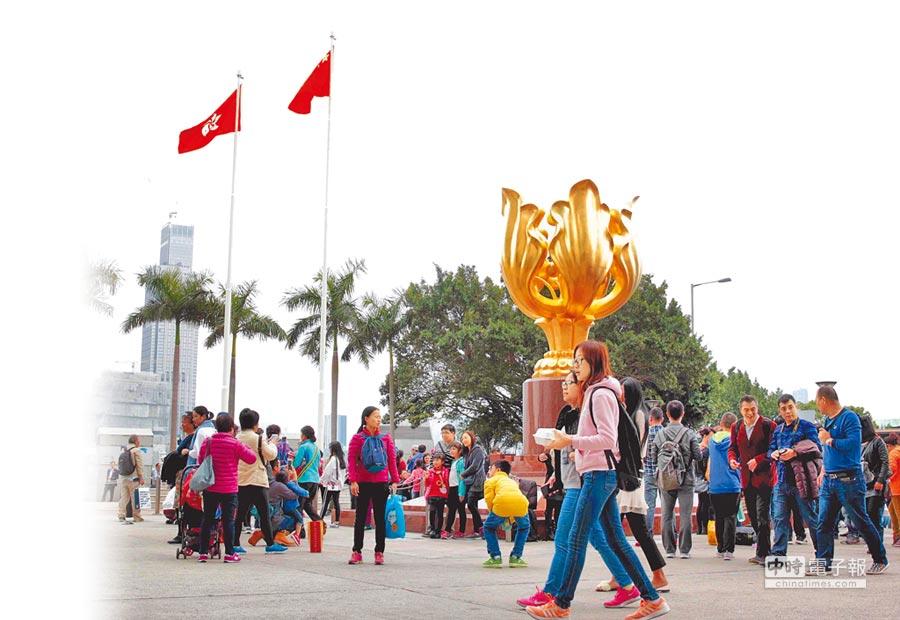 2月3日,遊客在香港金紫荊廣場遊覽。(新華社)