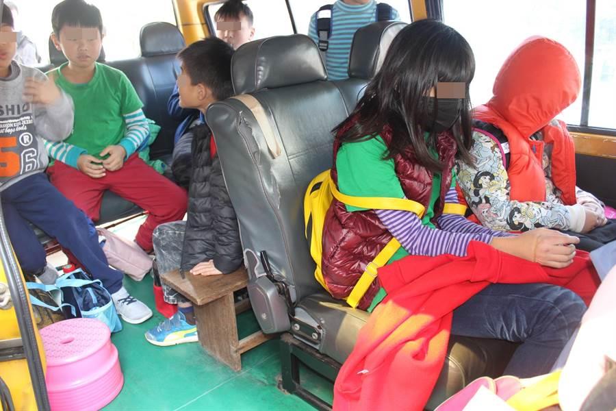 8人座自小客車作為補習班交通車,違規超載9名國小學童。(黎薇攝)