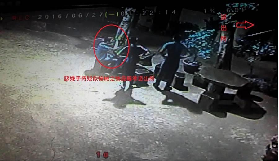 警方調閱監視器畫面看見3人持槍。(葉臻翻攝)