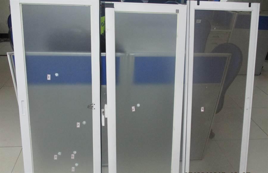 所長寢室玻璃被打出6個洞。(葉臻翻攝)