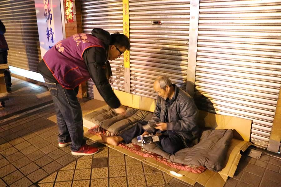 人安基金會於寒流期間加強夜訪關懷。(人安基金會提供)