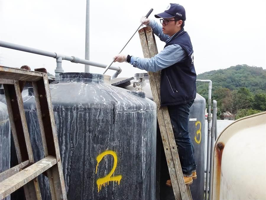偷排的廢水中含有重金屬鎳的成分,汙染鶯歌溪。(環保局提供)