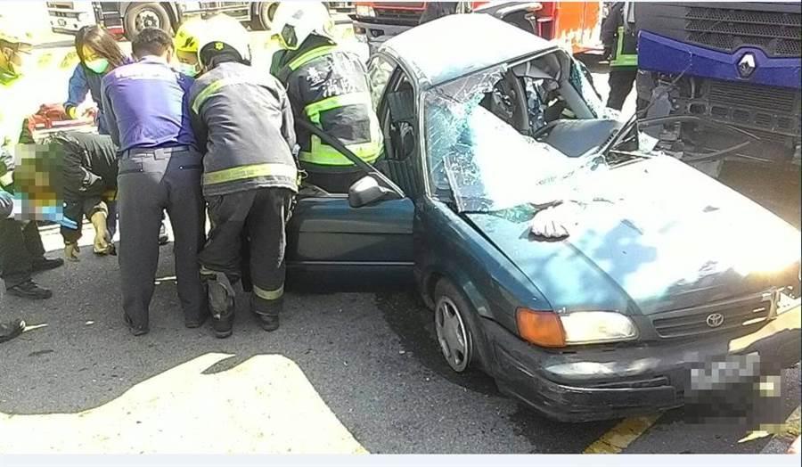 自小客車車頭嚴重扭曲變形。(陳淑娥翻攝)