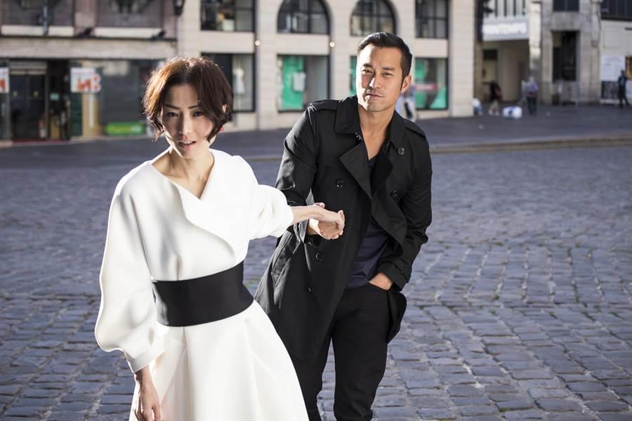 首度合作演電影的張孝全與鄭秀文,一同抵台參加首映會。(双喜提供)