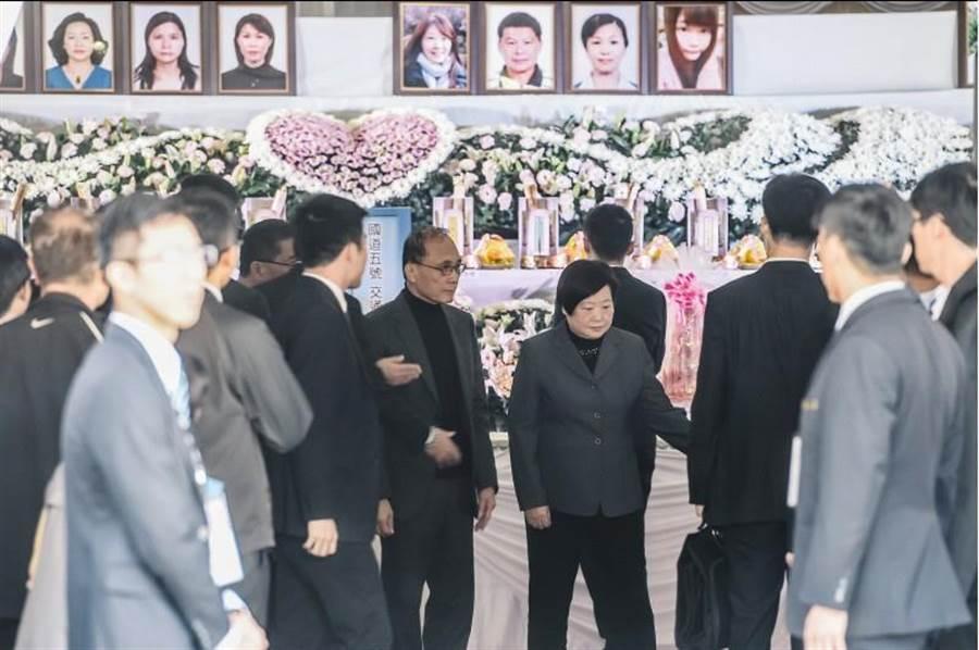 林揆(中左)、勞動部長林美珠(中右)到第二殯儀館向罹難者上香並慰問家屬。(郭吉銓攝)