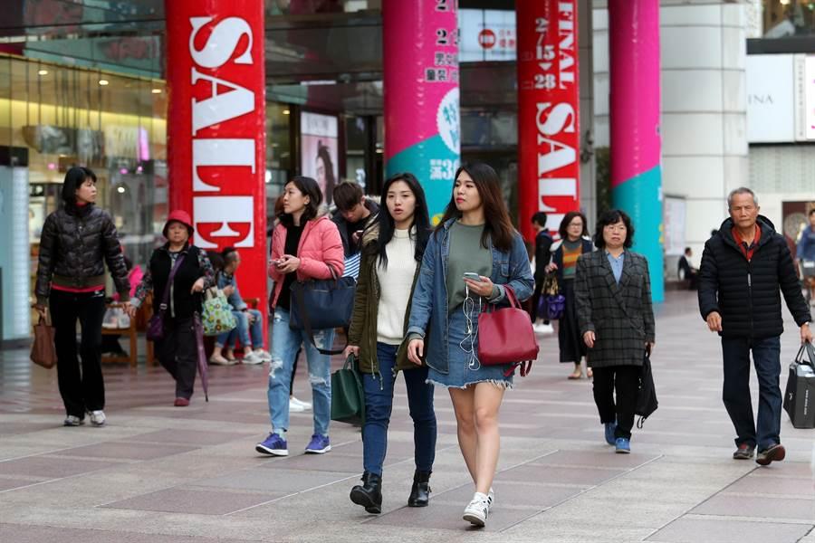 北市東區百貨商圈高掛促銷廣告,吸引消費者駐足選購。(黃世麒攝)
