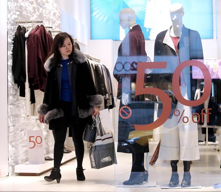 坊間大打促銷價格戰,吸引消費者駐足選購。(黃世麒攝)