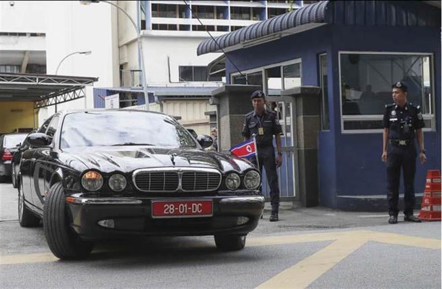 北韓駐馬來西亞大使座車15日進出使館。(圖/美聯社)