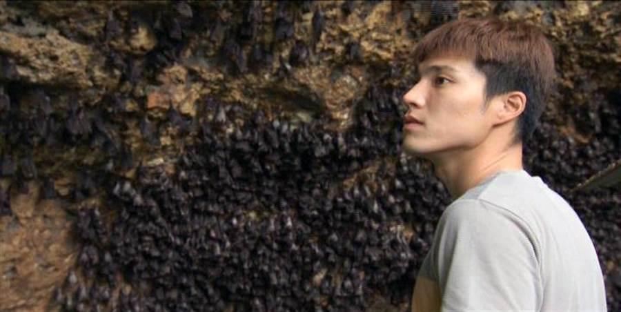 唐振剛印尼找「黑黃金」。(八大)