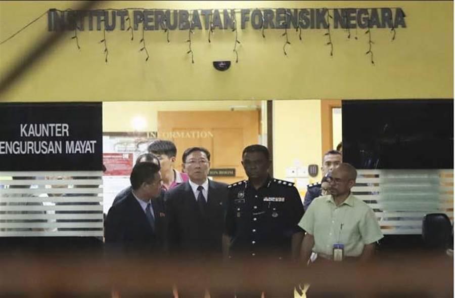 北韓駐馬來西亞大使(左2)15日赴吉隆坡醫院法醫部,北韓企圖領回金正男遺體。(圖/美聯社)