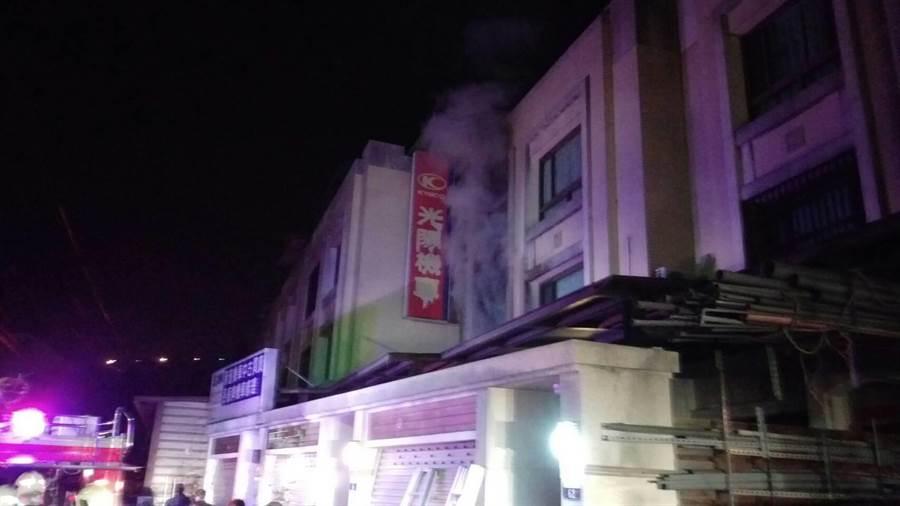 豐勢路2段2樓透天民宅失火,警消到場時,2樓窗戶已燒破,59歲劉婦已逃出。(王文吉翻攝)