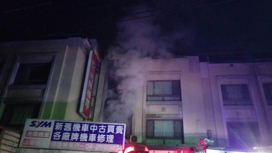 火勢從透天厝2樓向上延燒,警消在隔壁棟4樓露台矮牆邊,發現24歲洪女與2歲兒子張童。(王文吉翻攝)