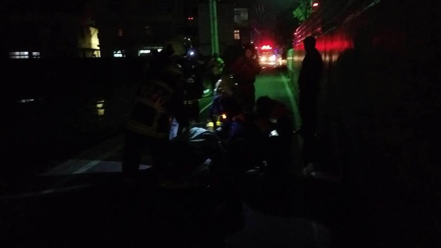 警消將洪女從4樓露台救出,實施CPR急救。(王文吉翻攝)