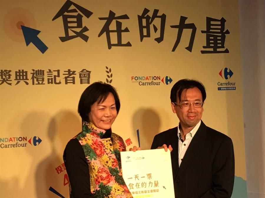 台灣陽光婦女協會秘書長陳淑圓(左)在「一天一票 食在的力量」活動中,獲100萬元公益基金開辦台中食物銀行。(圖/台灣陽光婦女協會提供)