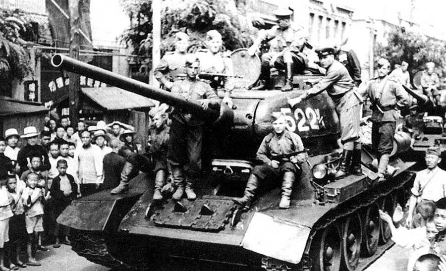 駕駛T-34駛入東北的蘇聯紅軍,看似為解放者,實際上則是新的征服者。看在東北許多老一代國民黨人眼中,「通化事變」是一場中華兒女反抗俄國侵略的民族保衛戰。(網路照片)