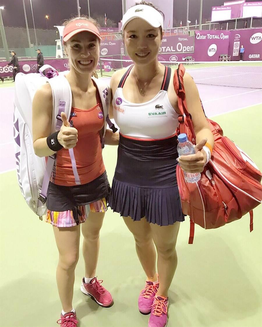 辛吉絲(左)與詹詠然在杜哈女網賽開心合照。(劉雪貞提供)