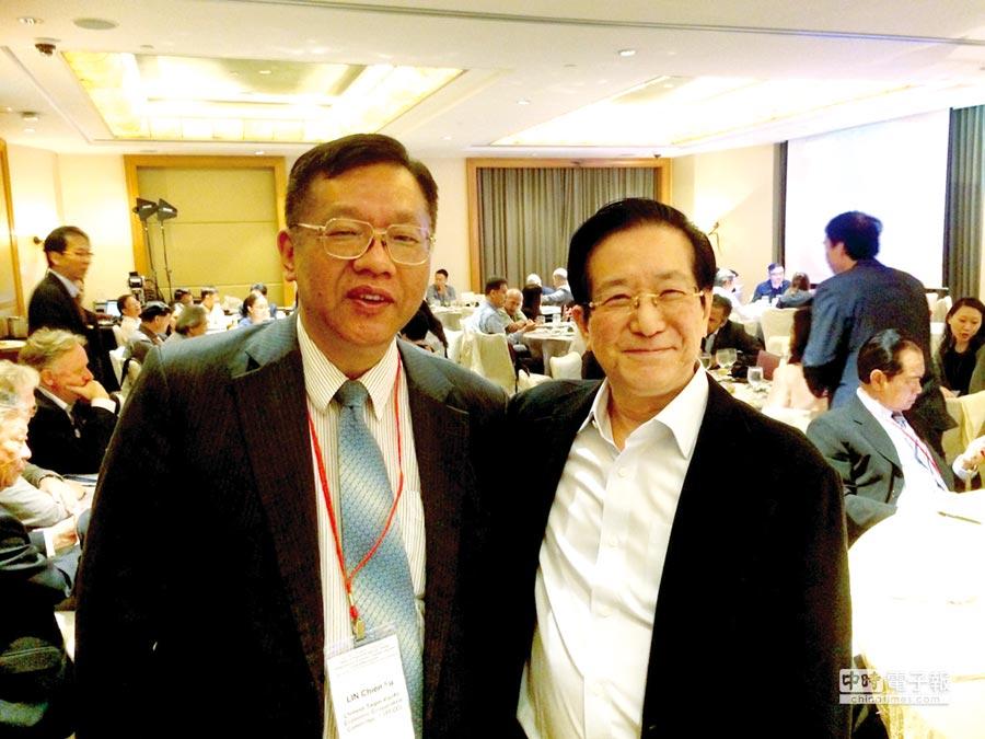 台經院院長林建甫(左)受邀擔任新加坡經濟發展創新主席Philip Yeo(右)餐會演講主持人。圖/台經院提供