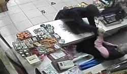男子缺錢吸毒搶超市 遭警追捕自行投案