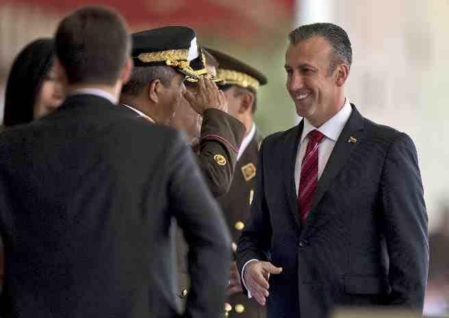 艾伊薩米(右)2月1日到委內瑞拉首都卡拉卡斯參加一場軍事遊行。(美聯社)