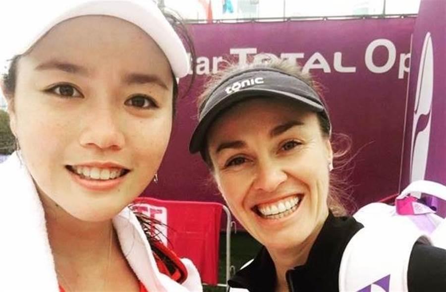 詹詠然(左)與辛吉絲在杜哈女網賽展開搭檔。(取自詹詠然臉書)