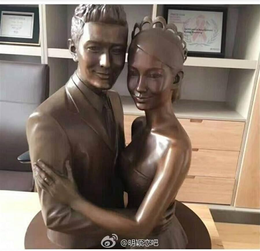 黃曉明特別製作夫妻銅像,並擺在辦公室裡。(圖/取自微博)