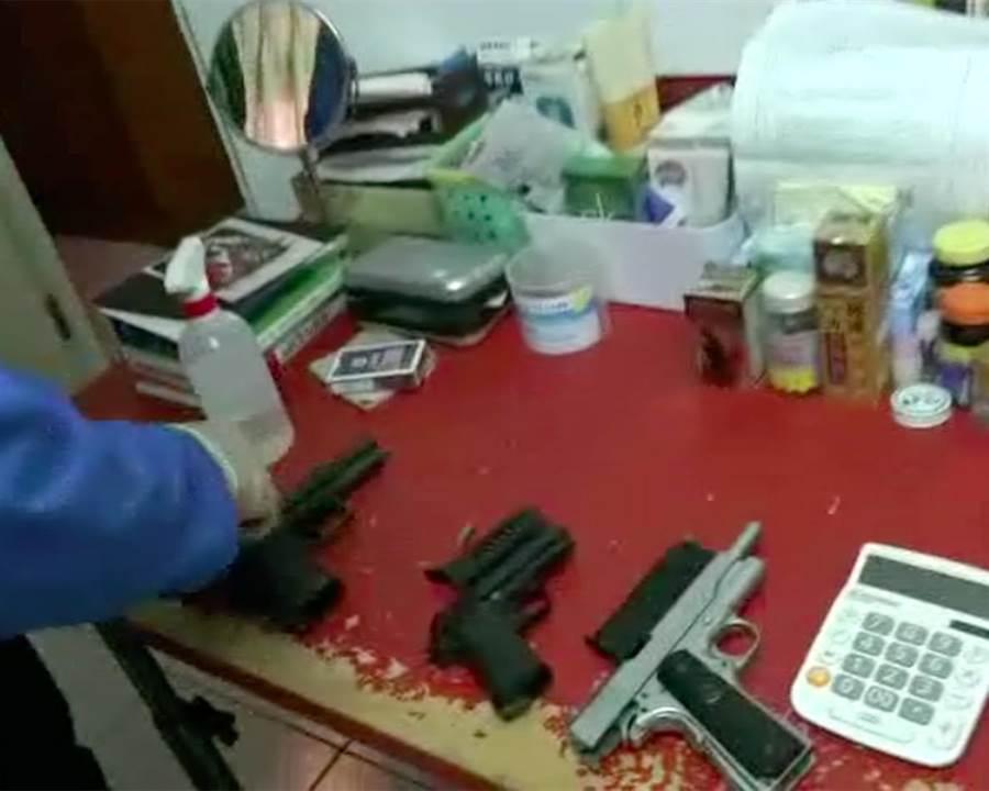 警方從男子高村世龍住處起出三把改造槍枝。(李文正翻攝)