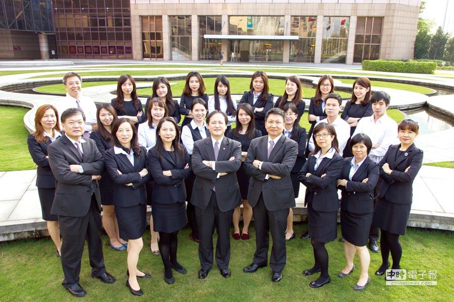 綠辦計畫主持人貿協副祕書長王熙蒙(前排中)帶領團隊和業界共創綠色新商機。圖/綠辦提供