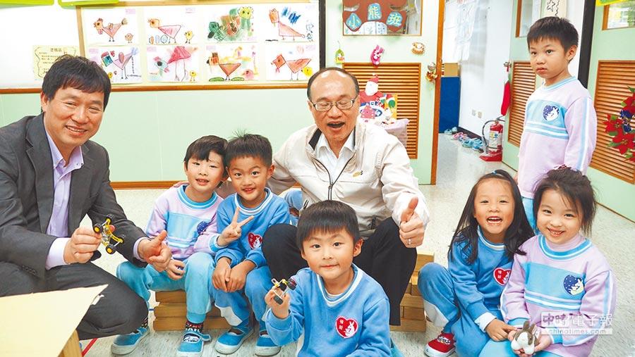 招生公告出爐↑截至去年底,全台北市共有15園非營利幼兒園,教育局表示,今年確定會再增加7園。圖為教育局長曾燦金(後排右)參觀非營利幼兒園。