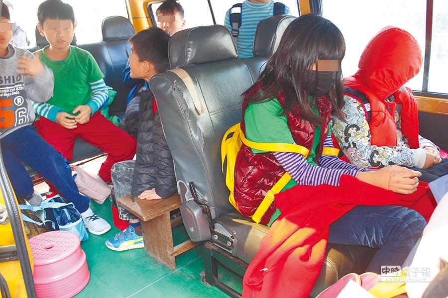 苗栗監理站稽查1輛以8人座自小客車做為補習班交通車,車內超載9名國小學童。(黎薇攝)