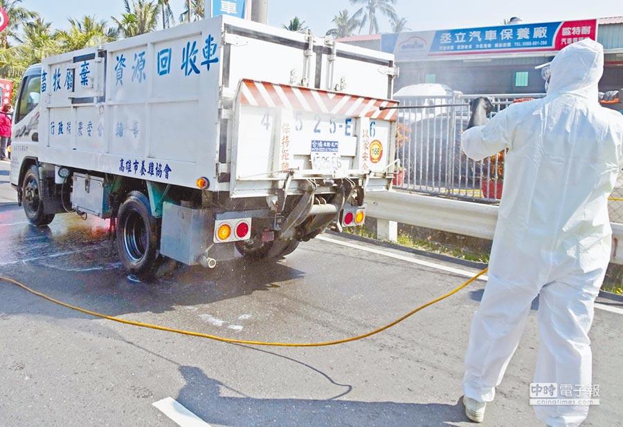 為防堵禽流感,屏東縣15日起設置化製運輸車輛檢疫消毒站,外縣市車輛必須取得證明書才能進入化製廠。(潘建志攝)