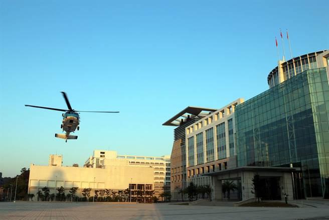 國防部17日表示,國軍為精實戰備任務訓練及緊急應變能力,上午派遣空軍S-70C型機、陸軍UH-60M型機各1架次,於博愛營區執行試降任務。(軍聞社提供)中央社劉麗榮傳真 106年2月17日