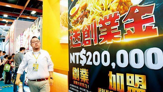 台灣有近15萬家連鎖加盟店,在亞洲各國屬前段班,一例一休上路,迫使這群頭家重新調整營運模式。(攝影者.翁挺耀)