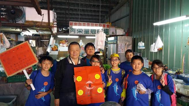 頭家國小學童帶自己做的手工餅乾到潭子市場義賣。(王文吉攝)