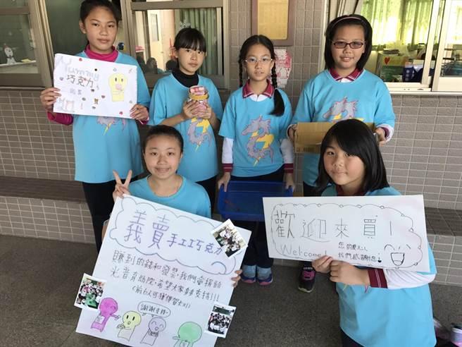 頭家國小學童自己做廣告看板,到潭子市場推銷自己做的手工餅乾。(王文吉攝)