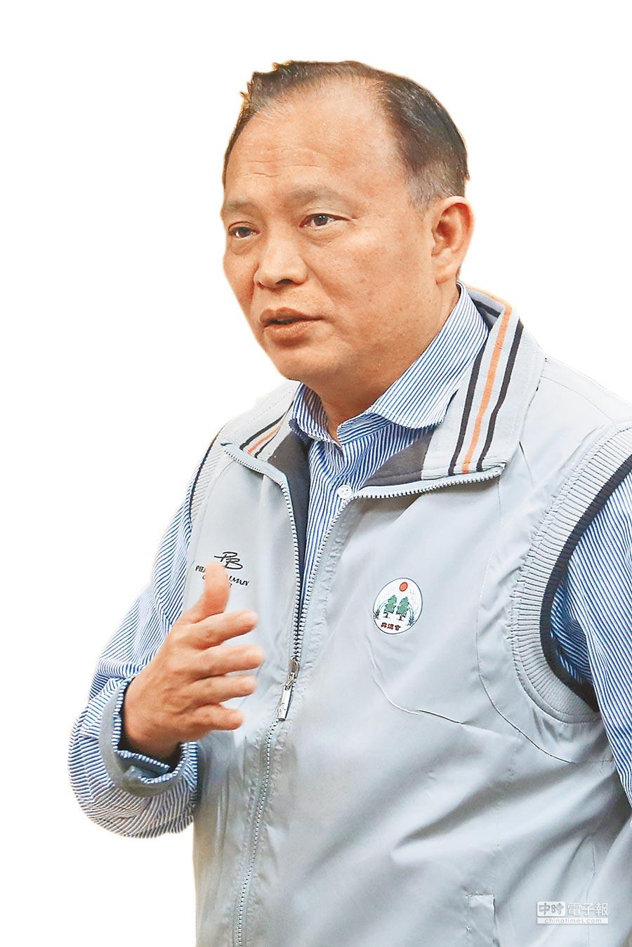 農委會主委林聰賢16日宣布,17日零時起全國家禽禁宰禁運7天,但室內飼養且直接送到屠宰場屠宰的白肉雞、1日齡的雛雞不在此限。(黃世麒攝)