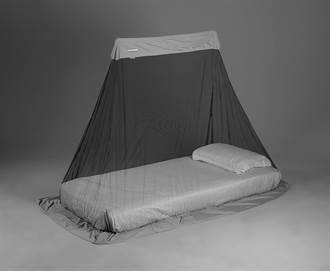 怕孩子被叮 他訂做蚊帳卻把自己一起「隔離」