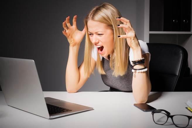 你時常被某些人的Facebook貼人閃到或激怒嗎?除了封鎖他之外,你其實可以跟他在Facebook中「保持距離」。(達志影像/shutterstock提供)