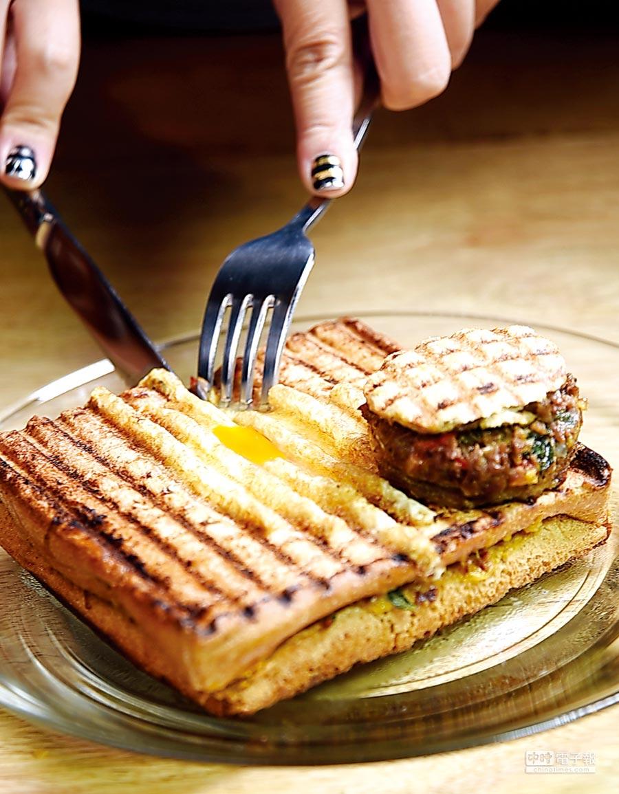 加了「洞見蛋」烤製的「鐵板帕尼尼」,是「Toasteria Cafe」主廚唐飛明發明的美味帕尼尼。圖/姚舜
