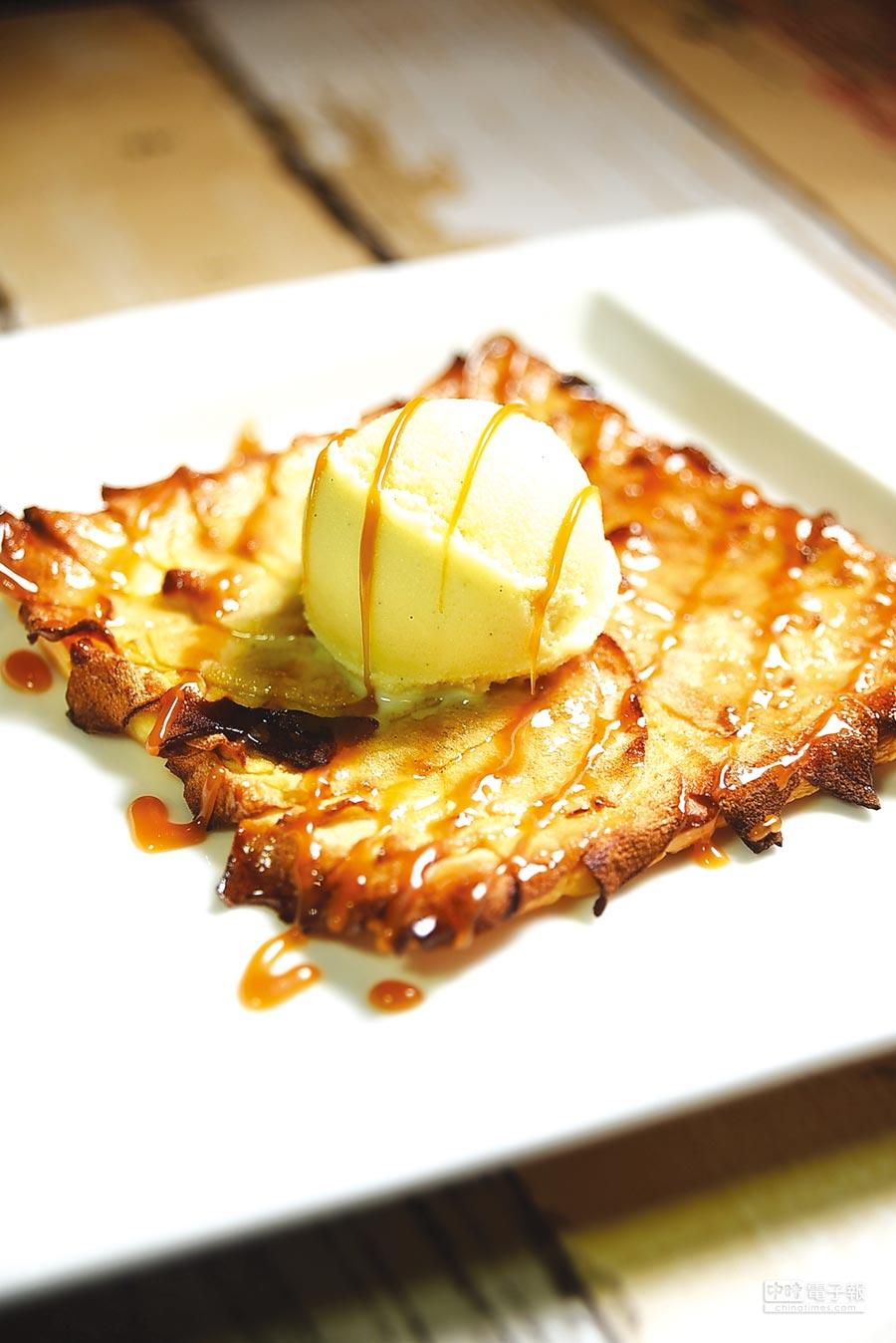 上面加了煙燻香草冰淇淋的〈蘋果薄派〉,是別的餐廳嘗不到的美味法式甜點。圖/姚舜