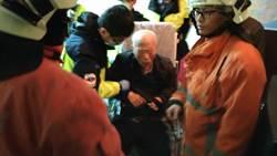 九旬獨居翁尿急跌倒床邊 鄰居報警救回一命