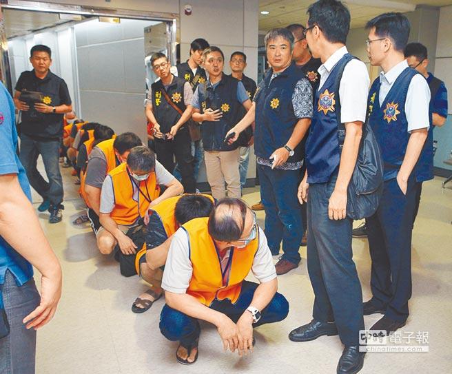 圖為去年9月13日台灣和印尼警方合作,將跨國的台灣詐騙嫌犯押解返台。(本報資料照片)