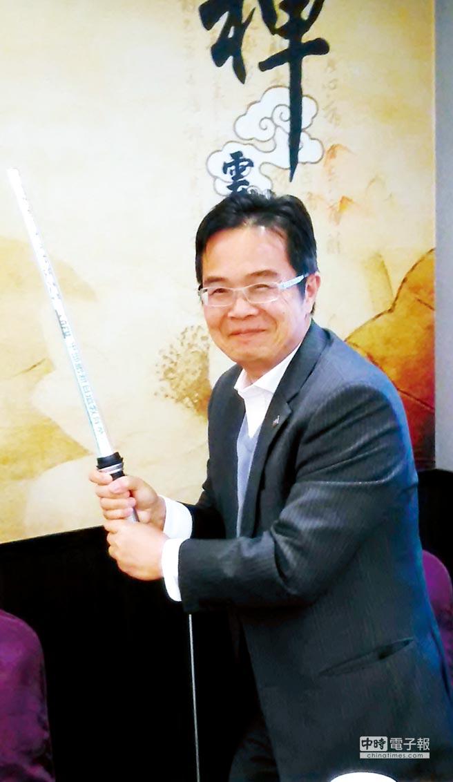 虎尾科大校長覺文郁在日前記者會中展示該校在雲林燈會大出風頭、由創新自造教育基地所設計之光劍。圖/黃全興