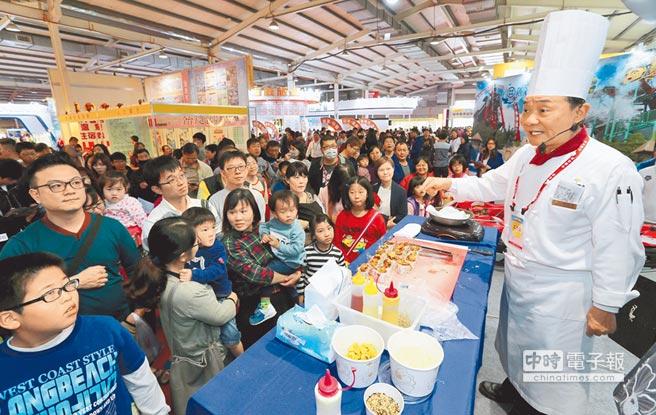麗寶福容大飯店廚藝總監阿基師(右)表演上菜秀,攤位前聚集大批粉絲,人氣指數爆棚。(黃國峰攝)