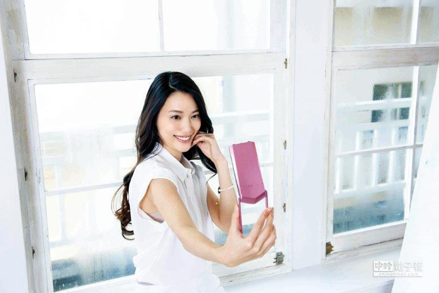 誰說數位相機越賣越便宜、銷路越來越差呢?專攻女性愛美市場的日系相機品牌卡西歐(CASIO)正式推出最新一代「EX-TR80」,以輕薄精巧的楔形外型,鋁製材質兼具強度和輕巧,成為女性時尚配件最新首選,建議售價可是不便宜的28,990元喔!(圖/業者提供)