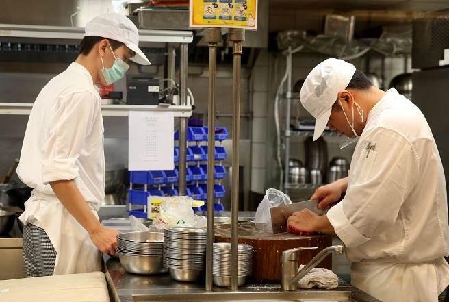 圖為百貨公司餐廳員工上班畫面。(示意圖/本報系資料照)