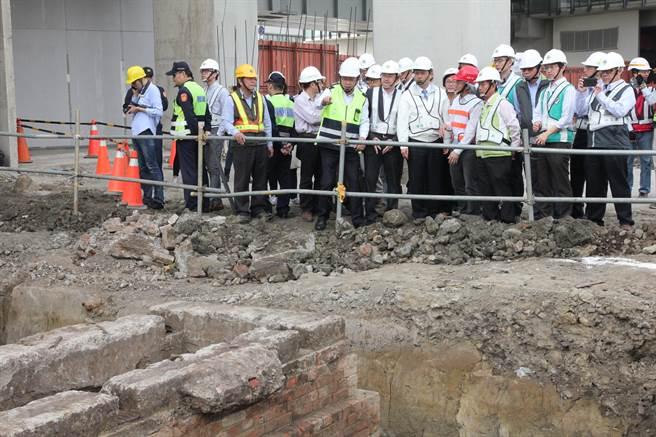 台中火車站第二階段工區發現百年維修坑道文化遺址,市長林佳龍前往會勘。(陳淑芬攝)