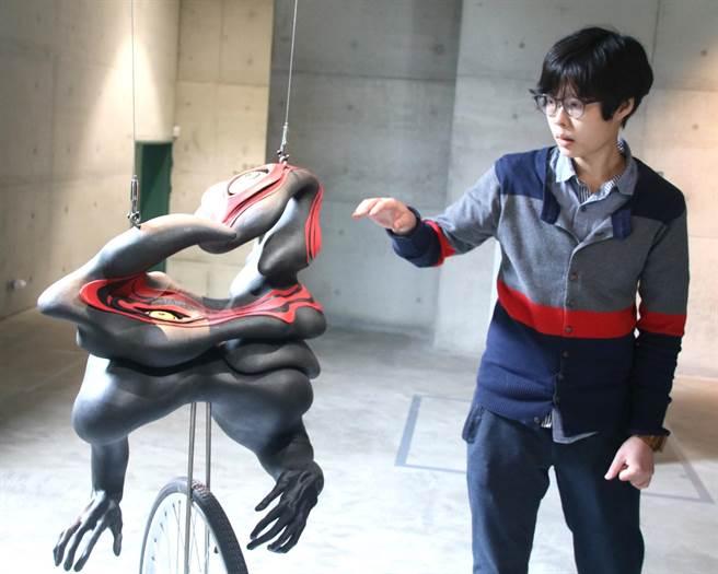 ▲毓繡美術展出年輕藝術家盧嬿宇的《恍惚中的平衡遊戲》作品。(楊樹煌攝)