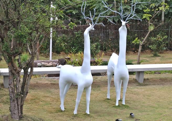 ▲藝術家黃品彤在毓繡美術館戶外草地上展出《含羞的等候》公共藝術作品。(楊樹煌攝)