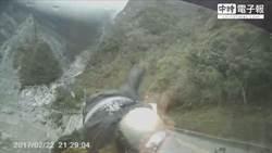 恐怖!休旅車撞機車 騎士墜20米亡