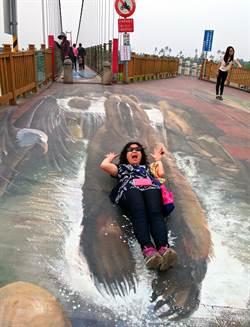 萬巒吊橋3D彩繪夯 民眾搞笑自拍成熱門景點